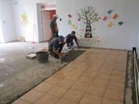 Tinerii cu dizabilități de la Bratca au o sală de mese cu pardosea renovată