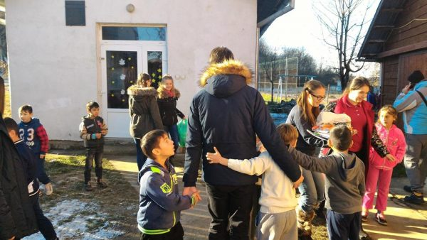 Familia Impact Aduce Crăciunul la Liceul Iosif Vulcan